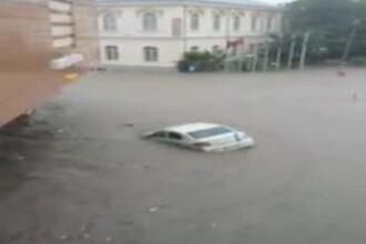 Orase si sate inundate dupa ploile din ultimele ore. In Tulcea, masinile sunt luate de vartej in centrul orasului