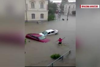 Pericol de inundatii in aproape toata tara, miercuri. Un sofer din Tulcea a sarit in apa sa-si salveze masina