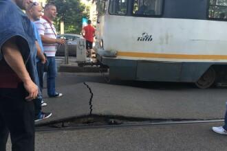 Mai multe tramvaie au ramas blocate aseara in centrul Capitalei dupa ce asfaltul dintre sine s-a umflat. Explicatia RATB