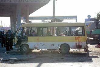 Atentat sinucigas impotriva unui microbuz cu agenti de paza, la Kabul. Cel putin 14 au murit. FOTO