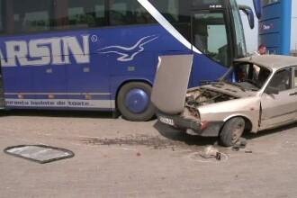 Masina lovita de un autocar plin cu pasageri, intr-o benzinarie. Soferul autoturismului a murit