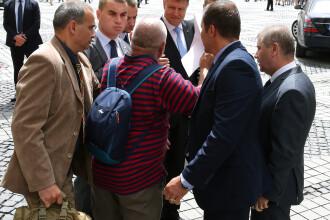 Incident in timpul vizitei lui Iohannis la Sibiu. Cine este barbatul care a sarit din multime sa-i dea un plic presedintelui