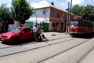 Un sofer din Galati si-a parcat masina fix pe linia de tramvai. Ce au facut martorii cand au vazut scena
