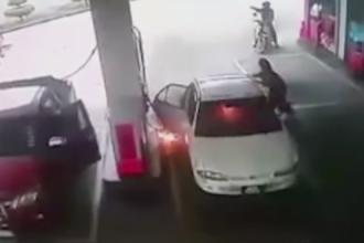 Momente de groaza intr-o benzinarie. Ce a facut un copil dupa ce a fost lasat singur incat a incendiat masina