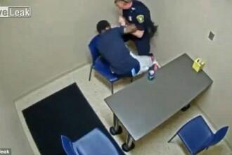 Momentul in care un barbat acuzat de crima sare sa ii fure pistolul politistului, in camera de interogatoriu. Ce a urmat