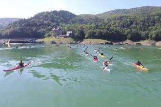 Zeci de sportivi s-au intrecut, la Bicaz Kayak Fest, pentru un caiac. Cat valoreaza marele premiu