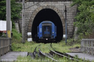 Calea ferata si soseaua spre Moldova, blocate de copacii cazuti. Doua trenuri au ramas in camp