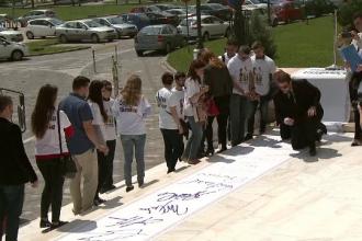 100 de ONG-uri si cetateni se impotrivesc referendumului pentru redefinirea familiei: