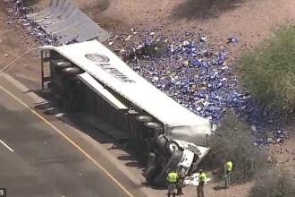 Reactia americanilor dupa ce un TIR care transporta lazi de bere s-a rasturnat pe o autostrada.