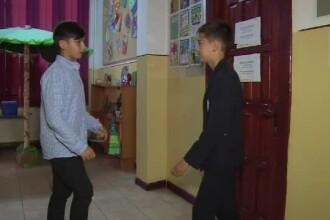 Doi copii din Campina au dat o lectie civica. Ce au facut cu banii gasiti pe jos, pe care nu stiau nici sa-i numere corect