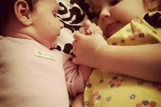 Doua surori de 1 si 2 ani au murit dupa ce mama le-a lasat inchise in masina 15 ore. Femeia petrecea la cativa metri de ele