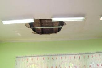 Gaura de doi metri patrati in tavanul unei gradinite, din cauza infiltratiilor, in Galati. Cladirea a fost recent renovata
