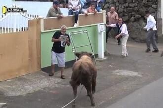 A filmat un taur furios si apoi s-a indreptat catre el. Ce a patit barbatul. VIDEO