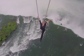 Record stabilit deasupra cascadei Niagara de sotia unui acrobat. Erendira Wallenda s-a tinut doar cu dintii de o sfoara