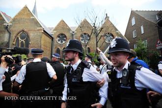 Lupte intre protestatari si fortele de ordine, dupa incendiul din Londra. Theresa May, evacuata de urgenta din zona