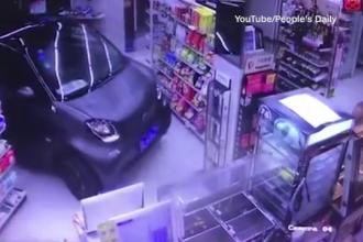 Un chinez i-a intrecut pe cei care parcheaza masina pe trecerea de pietoni. Unde s-a oprit