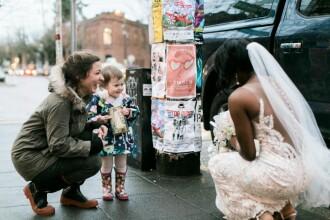 Atunci cand a zarit o mireasa pe strada, o fetita din SUA a ramas muta de uimire. Cu cine a confundat-o