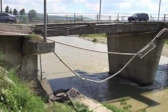 Podul care se rupe bucata cu bucata, insa autoritatile nu vor sa-l inchida.