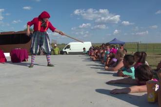 O caravana de spectacole i-a distrat pe oamenii defavorizati dintr-o comuna gorjeana.