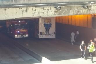 Un autobuz turistic a provocat un accident grav in Paris. De ce a incercat soferul sa treaca pe sub un pod
