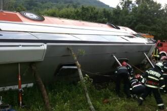 Primele imagini cu autocarul rasturnat in Brasov: 12 persoane au fost ranite. Cauzele producerii accidentului
