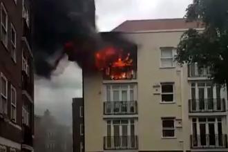 Incendiu la un bloc cu trei etaje din estul Londrei. Un barbat a fost ranit, acoperisul a fost distrus complet. VIDEO