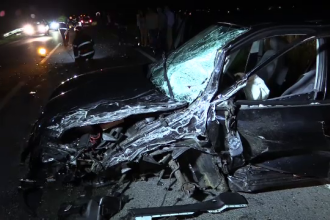 Patru persoane ranite, dupa ce un sofer de 19 ani a vrut sa depaseasca un TIR. Cu ce s-a trezit in fata masinii