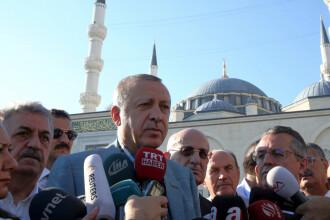 Presedintele turc Recep Tayyip Erdogan a lesinat in moschee, inainte de rugaciune.