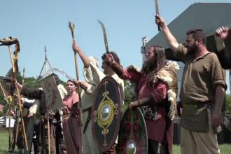Competitie ca pe vremea dacilor, la Alba Iulia. Concurentii s-au intrecut in tras cu arcul si fuga cu mielul in spate