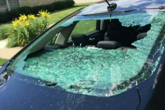 15 masini distruse complet de un barbat cu un topor. Cum au reusit politistii sa il prinda pe suspect