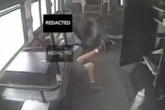 Impact devastator intre un SUV care a trecut pe rosu si un autobuz. Sase pasageri au fost raniti