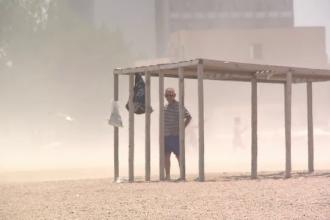 Furtuna de nisip pe plaja din Mamaia. Indicele radiatiilor ultraviolete a ajuns la un nivel foarte ridicat