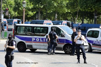 Incident grav intr-o suburbie a Parisului. Un barbat a incercat sa intre cu masina in multimea din fata unei moschei