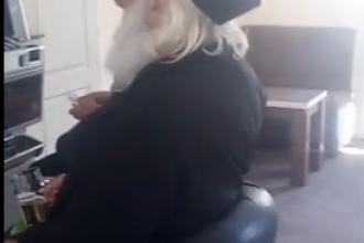 Preot, filmat în timp ce joacă la păcănele și bea bere. VIDEO