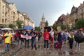 Timişorenii au ieşit în stradă şi au protestat împotriva deciziei CCR, în ciuda ploii