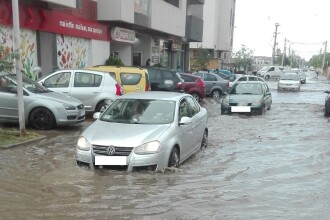 Stradă inundată în Popești-Leordeni după ploaia torențială de luni