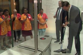 Premierul Olandei a dat cu mopul, după ce și-a scăpat cafeaua pe jos. VIDEO
