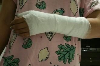 Fiica unui fost senator, bătută în plină stradă de un bărbat până i-a fost ruptă mâna. VIDEO