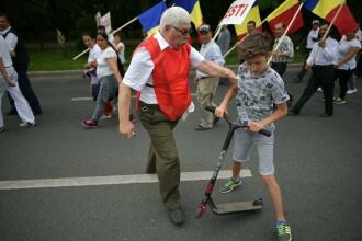 """Imagini virale de la mitingul PSD, cu un copil pe trotinetă: """"L-a alungat bruscându-l"""""""