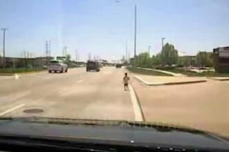 Copil de aproape 2 ani, surprins în timp ce alerga pe o șosea aglomerată. Cum a fost salvat