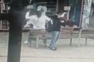 Momentul șocant în care un tânăr este atacat din senin cu o macetă. VIDEO