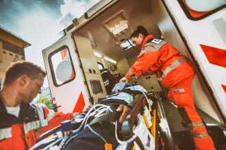 Poliţist rănit grav după ce a intrat cu maşina de serviciu într-un copac