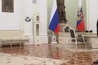 Vladimir Putin, filmat în timp ce schimbă pase cu președintele FIFA. VIDEO