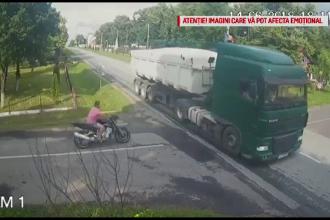 Un motociclist s-a izbit violent de un TIR, în Timiş. Accidentul a fost filmat