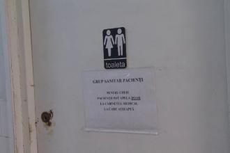 La o policlinică din Brașov toaletele sunt încuiate. Paznicul susține că pacienții ar fi de vină
