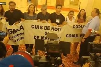 Protest în Parlament. Liderii PSD, huiduiţi iar biroul lui Liviu Dragnea a fost asaltat