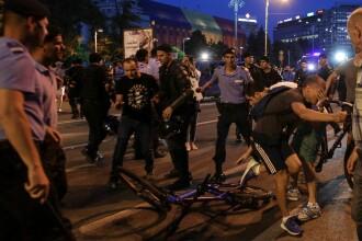 Tensiuni între manifestanți și jandarmi la Guvern, după ce o mașină de intervenție a atins persoane