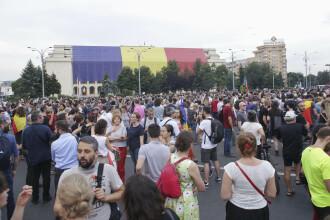 """Momentul în care protestatarii din Piața Victoriei îi cântă lui Dragnea """"mulți ani primească"""". VIDEO"""