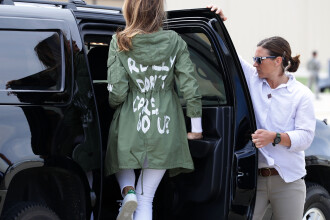 Ținuta controversată purtată de Melania Trump, în vizită la copiii imigranților