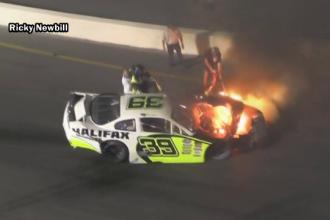 Mașina unui pilot de curse a luat foc, pe circuit. Tatăl său i-a sărit în ajutor
